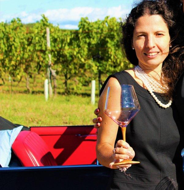 Isabel Gil mit Weinglas aus Rosenholz