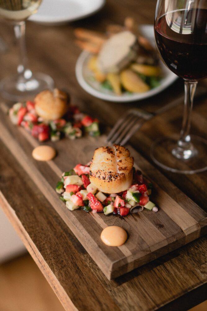 Het Gezinsleven - lifestyle - koken & recepten - De juiste wijn bij jouw gerecht - rode wijn geserveerd met eten