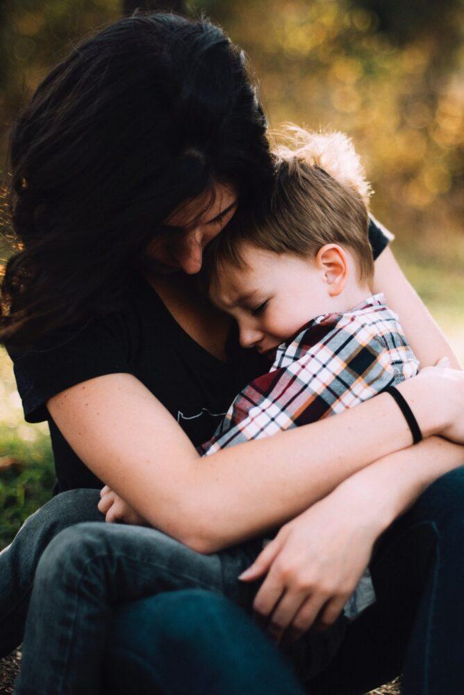 Het Gezinsleven - Moeder en kind - Kinderen 4-12 jaar - Kinderen met faalangst - Moeder knuffelt haar zoon