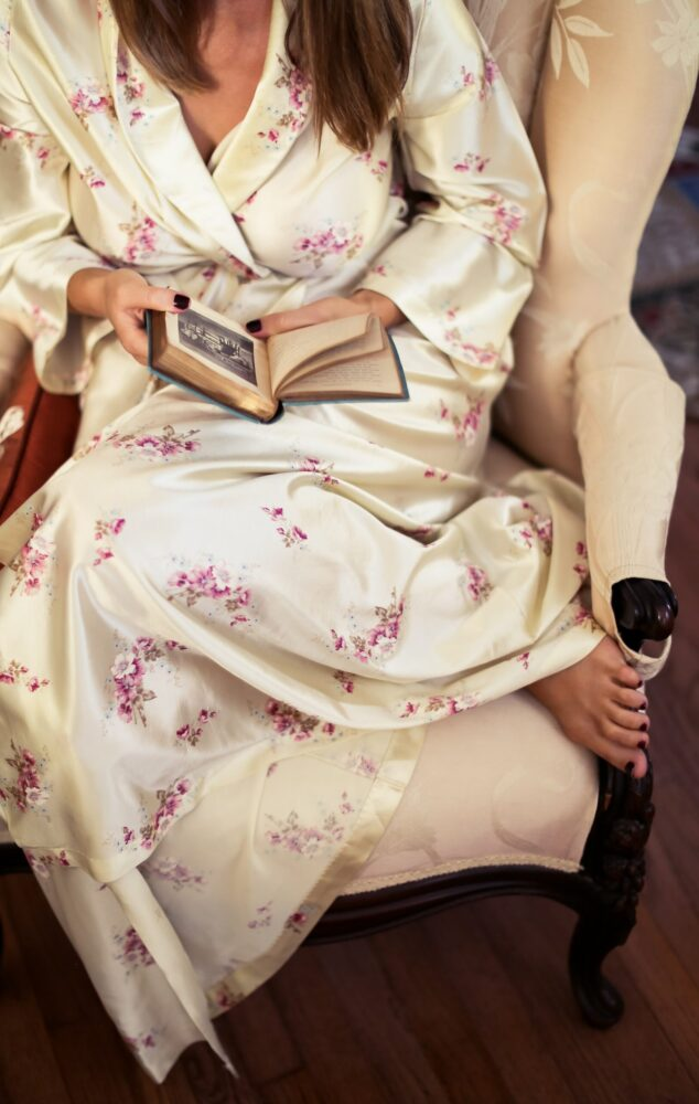 Het Gezinsleven - Moeder & kind - Moeders - De positieve gevolgen van de corona pandemie - boek lezen op een stoel
