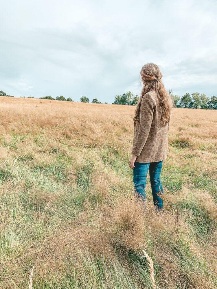 Het Gezinsleven - Uitstapjes - Natuur - Ontdek de mooiste plekken in de natuur in Limburg - Meisje staat in het gras