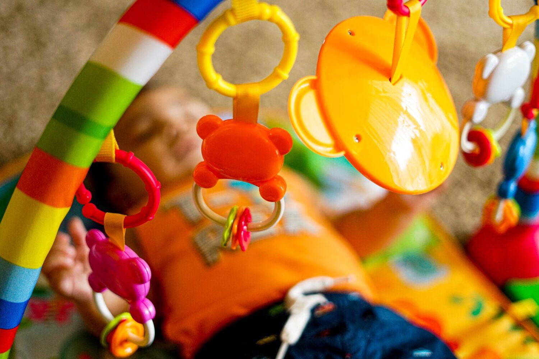 Het Gezinsleven - Gezinsactiviteiten - Speelgoed - Speelgoed: 3 veel gemaakte fouten - spelende baby