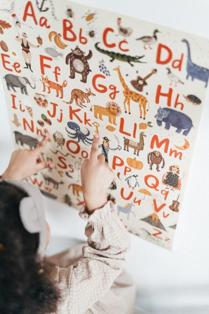 Het Gezinsleven - Moeder & kind - Kinderen 4-12 jaar - TOS, een onbekende taalontwikkelingstoornis - meisjes probeert letters op te noemen (ingezoomd)