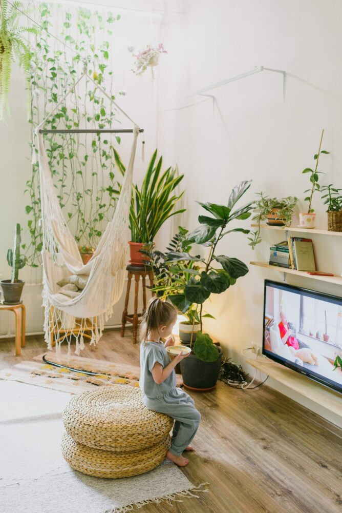 Het Gezinsleven - Moeder en Kind - Moeders - Schermtijd voor kinderen - een meisje eet snacks onder het kijken naar de televisie