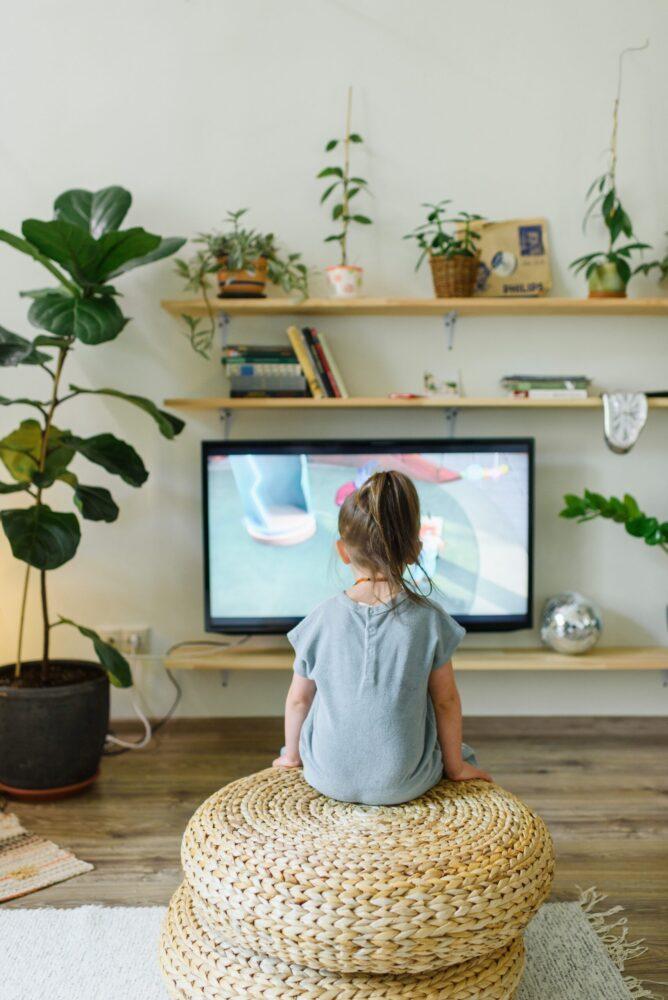 Het Gezinsleven - Moeder en Kind - Moeders - Schermtijd voor kinderen - een meisje kijkt televisie