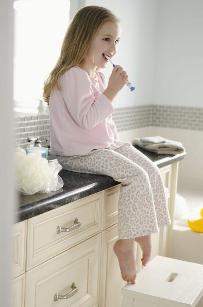 Het Gezinsleven - Moeder en Kind - Kinderen 1-4 jaar - Tandenpoetsen van een peuter, met onze 10 tips maak je het leuk! - Meisje probeert zelf te poetsen