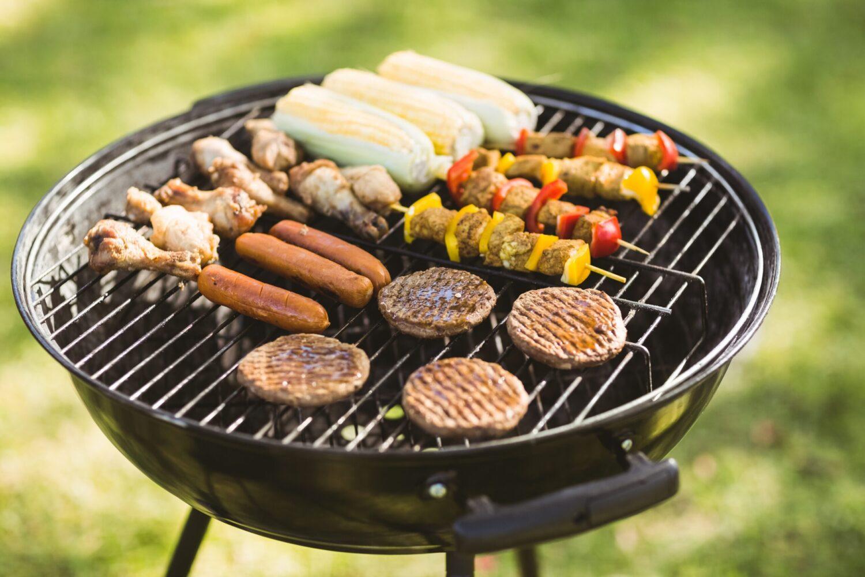 Het Gezinsleven - Lifestyle - Mannen - Barbecue kopen? - Houtskool barbecue vol vlees