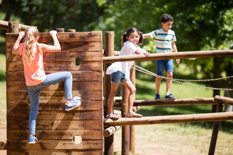 Het Gezinsleven - Uitstapjes - Natuur - Speelbossen in Zuid-Holland - Kinderen spelen op de speeltoestellen in het bos