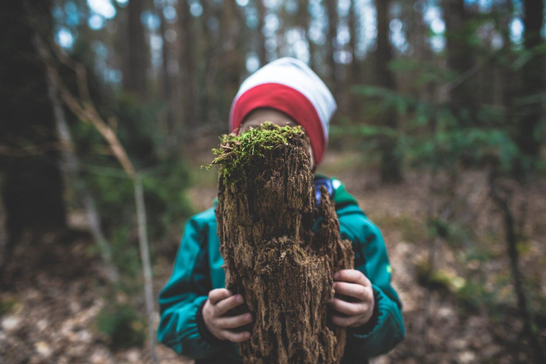 Het Gezinsleven - Uitstapjes - Natuur - Speelbossen in Zuid-Holland - Kind speelt met een boomstam
