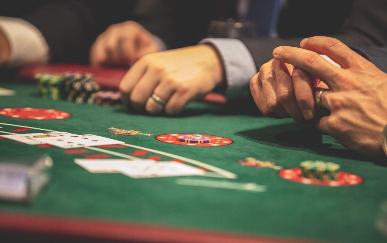 Het Gezinsleven - Lifestyle - Mannen - Hoe plan je het perfecte vriendenweekend? - Vrienden in het Casino