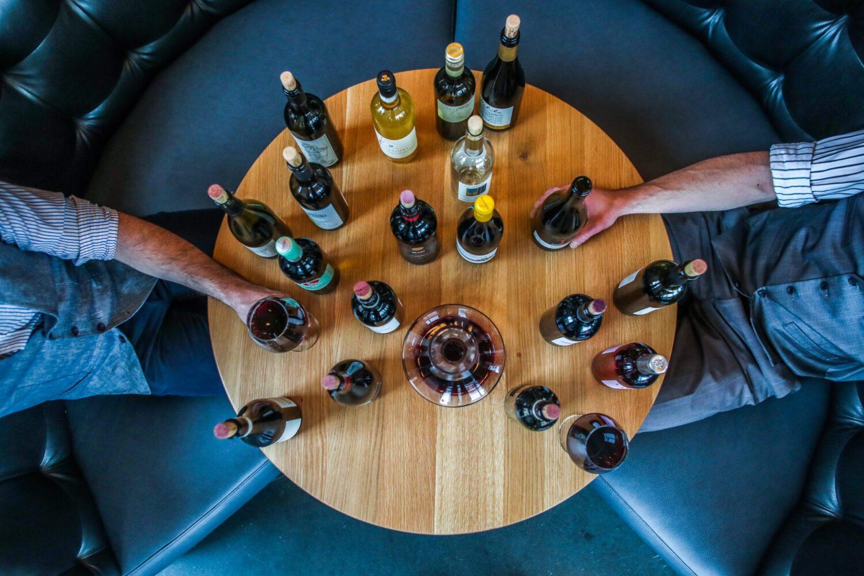 Het Gezinsleven - Lifestyle - Mannen - Hoe plan je het perfecte vriendenweekend? - Wijn proeverij, flessen wijn