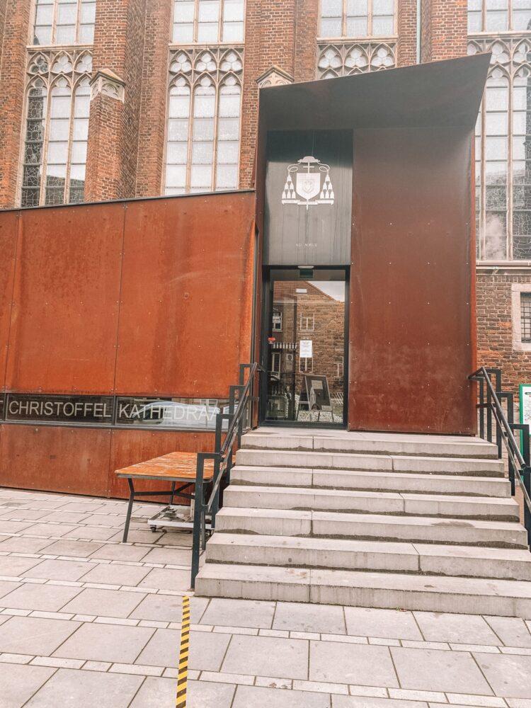 Het Gezinsleven - Uitstapjes - Bezienswaardigheden in Roermond -Ingang van de St. Christoffel-Kathedraal