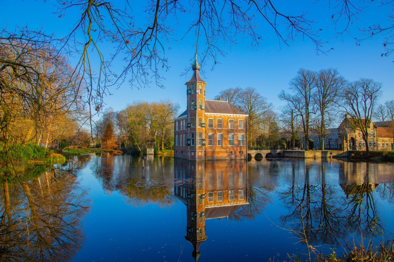 Het Gezinsleven - Uitstapjes - Bezienswaardigheden - De mooiste bezienswaardigheden in Brabant - Castle Bouvigne Breda, gefotografeerd vanaf het water