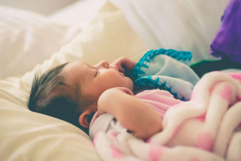 Het Gezinsleven - Moeder en Kind - Moeders - Hoeveel slaap heeft een kind nodig? - Een baby ligt lekker te slapen