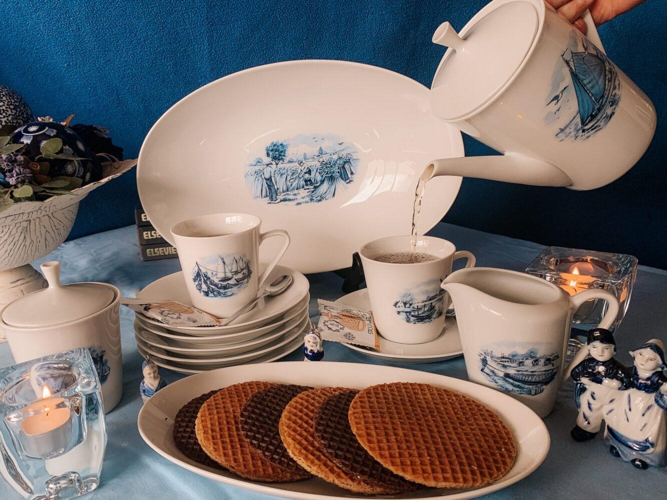 Het Gezinsleven - Lifestyle - koken en recepten - De lekkerste stroopwafels - Stroopwafels serveren met een kopje thee