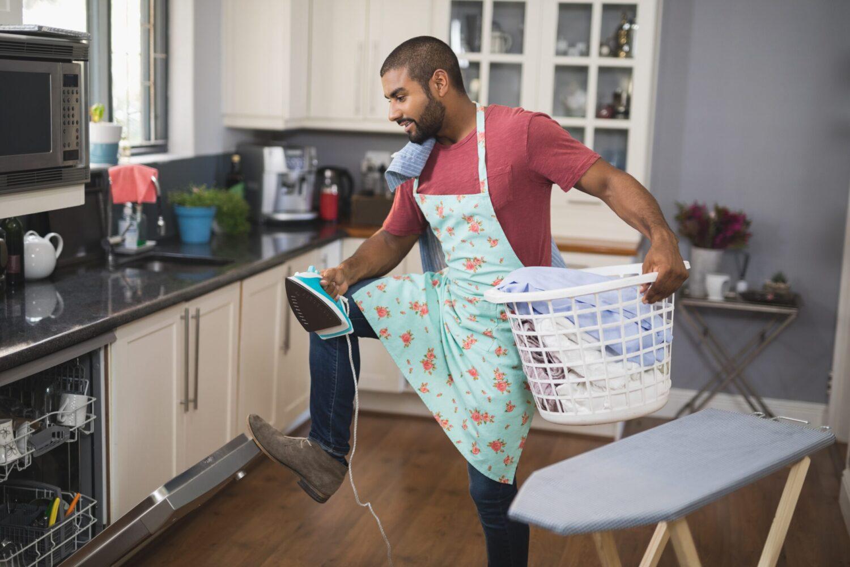 Het Gezinsleven - Lifestyle - Huishouden - 5x Het huishouden bijhouden! - Man is druk bezig met de vaatwasser en de schone was aan het strijken
