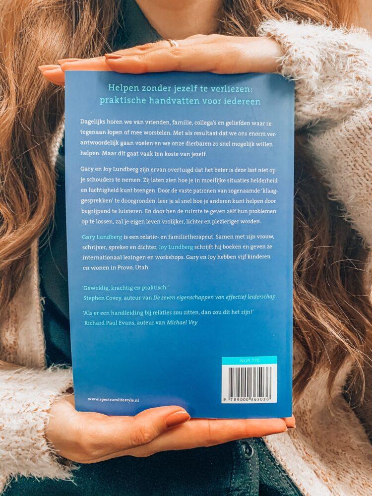 Het Gezinsleven - Lifestyle - Hobby's - Boek recensie: Problemen laten bij wie ze horen - Foto van de achterkant van het boek