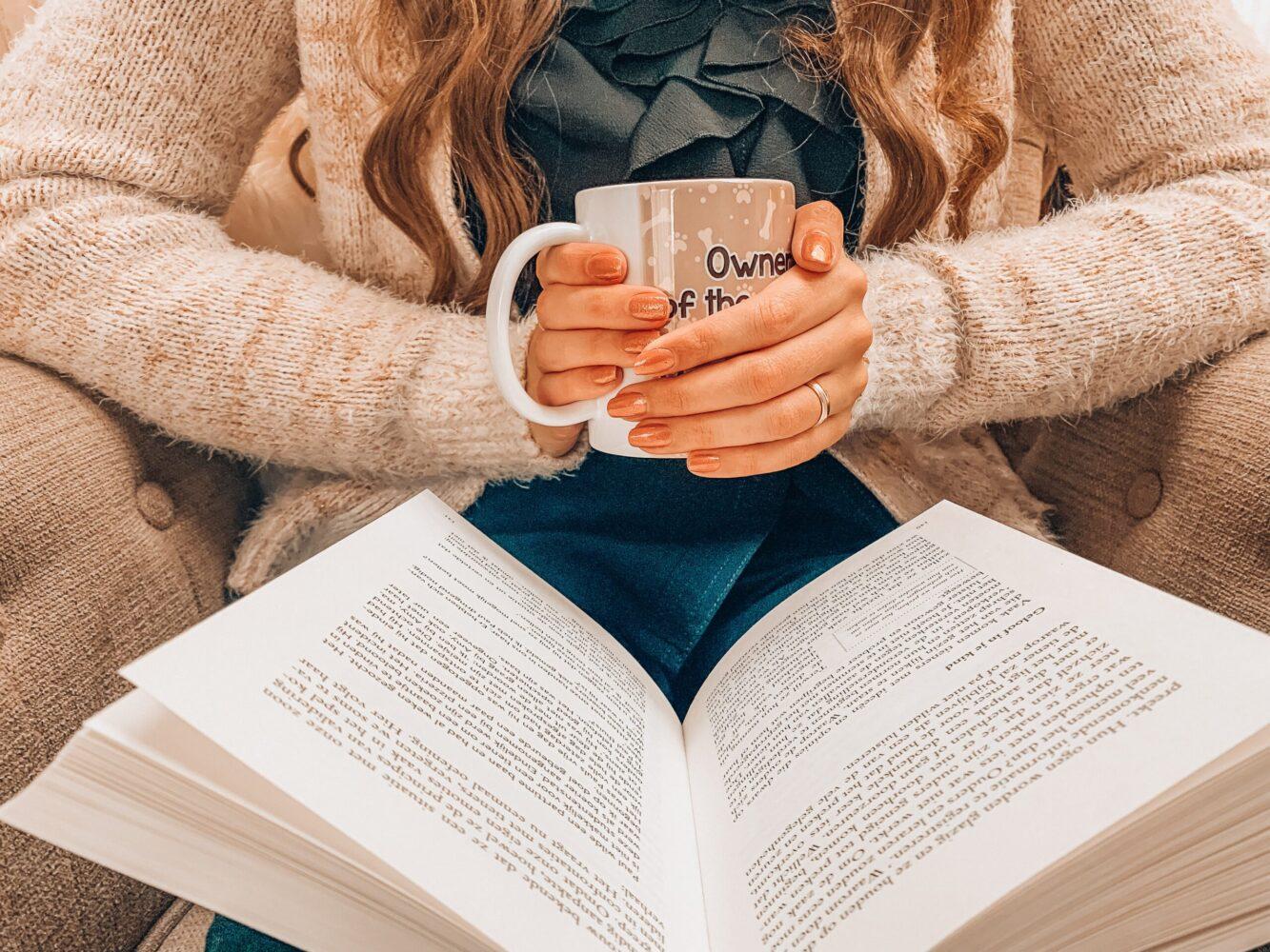 Het Gezinsleven - Lifestyle - Hobby's - Boek recensie: Problemen laten bij wie ze horen - Vrouw leest een boek terwijl ze geniet van haar kopje thee