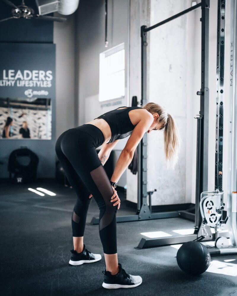 Het Gezinsleven - Lifestyle - Sporten - Spierpijn voorkomen - Vrouw is uitgeput na haar krachttraining