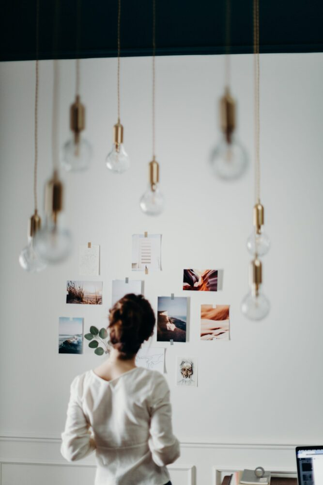 Het Gezinsleven - Lifestyle - Hobby's - Wil je jouw doelen bereiken? Maak een Vision Board! - Vrouw kijkt naar haar vision board