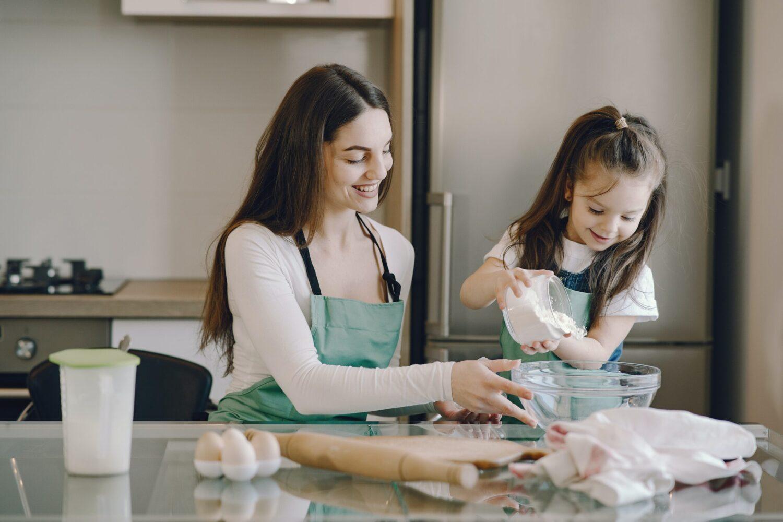Het Gezinsleven - Moeder en Kind - Kinderen 1-4 jaar - Een oppas, wat mag je verwachten? - De oppas bakt samen met een kind wat lekkers