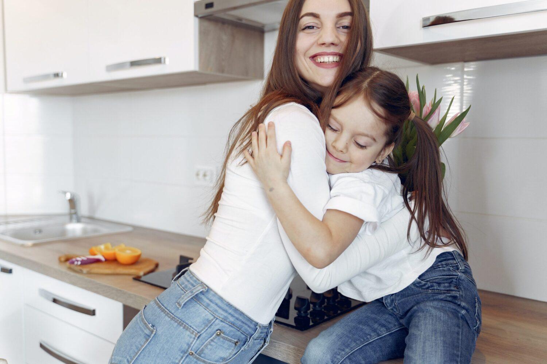Het Gezinsleven - Moeder en Kind - Kinderen 1-4 jaar - Een oppas, wat mag je verwachten? - De oppas knuffelt haar oppaskind