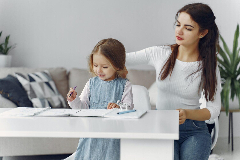 Het Gezinsleven - Moeder en Kind - Kinderen 1-4 jaar - Een oppas, wat mag je verwachten? - De oppas is samen met de dochter aan het knutselen