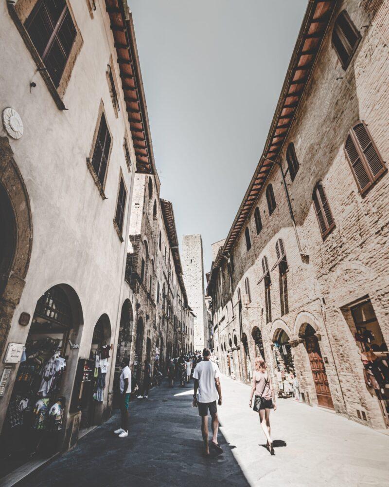 Het Gezinsleven - Vakanties - Europa - De 10 mooiste steden in de Toscane - Een straatje in San Gimignano