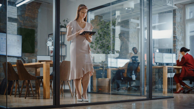Het Gezinsleven - Lifestyle - Mindset - 10 stappen om je zelfvertrouwen te vergroten - Power vrouw is aan het werk