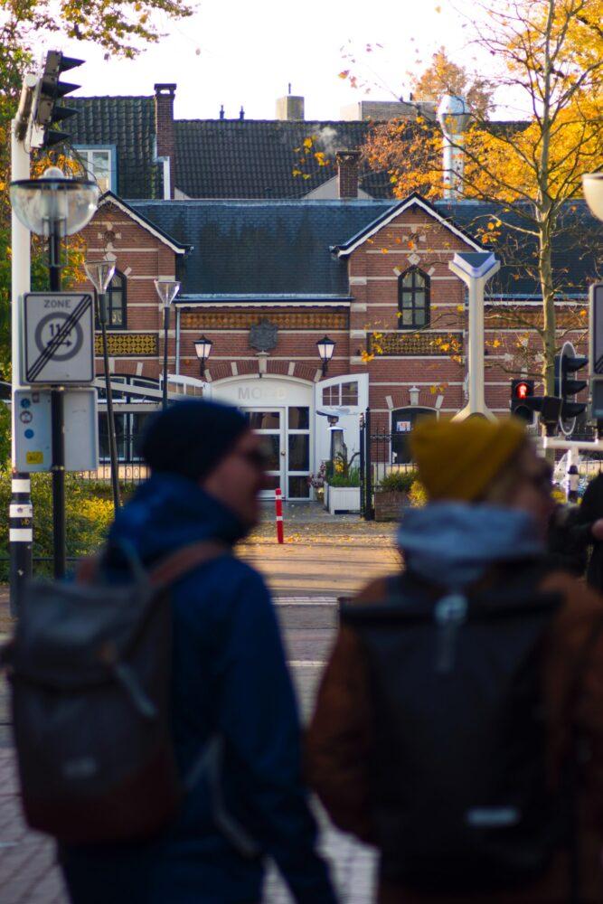 Het Gezinsleven - Uitstapjes - Bezienswaardigheden - 10x een hotspot in Eindhoven - Mannen lopen voorbij een restaurant
