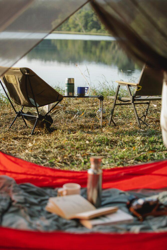 Het Gezinsleven - Vakantie - Autovakantie - Ik ga kamperen met een tent en ik neem mee? - Uitzicht vanuit de tent