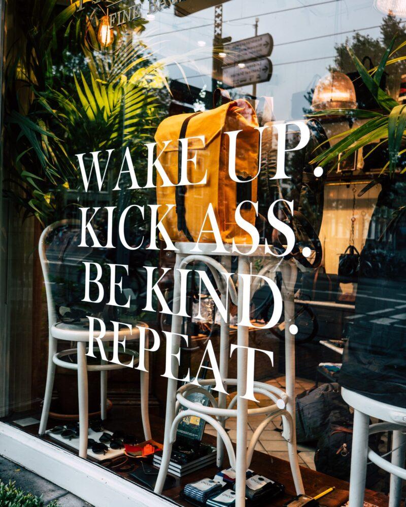 Het Gezinsleven - Lifestyle - Mindset - Niet langer snoozen, waarom het beter is om maar gewoon op te staan als je wekker gaat! - Wake up. Kick ass. Be kind. Repeat.