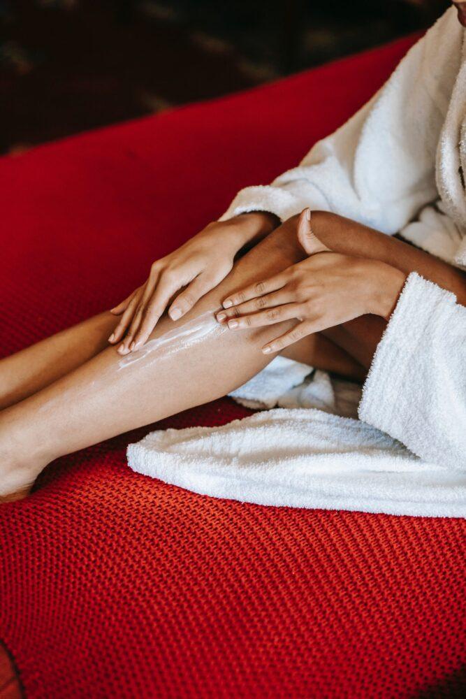Het Gezinsleven - Lifestyle - Gezondheid en verzorging - Het seizoen van de zelfbruiners is weer aangebroken! - insmeren met bodylotion