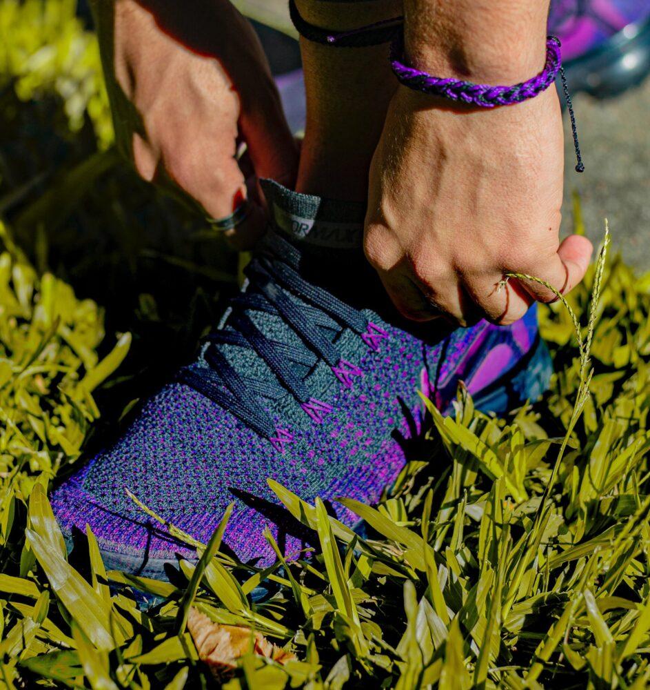 Het Gezinsleven - Lifestyle - Sporten - Last van steken tijdens het hardlopen? Lees de 4 gouden tips! - Paarse hardloopschoenen aan doen