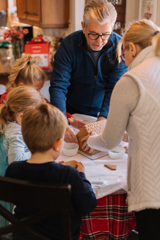 Het Gezinsleven - Moeder en Kind - Baby - 5 manieren om opa en oma feliciteren met hun kleinkind - samen met opa en oma bakken