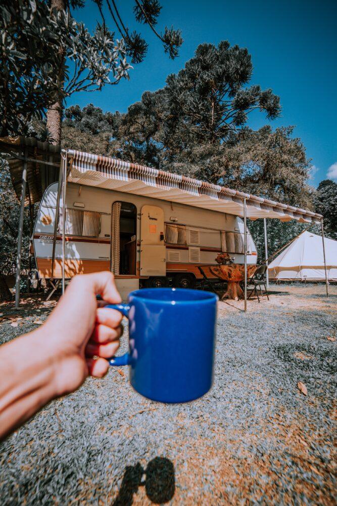 Het Gezinsleven - Vakantie - Autovakantie - Tent, vouwwagen, caravan of camper? Kamperen kun je leren deel 3! - Kop koffie bij de caravan