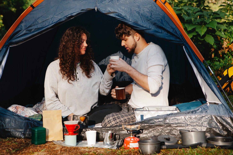 Het Gezinsleven - Vakantie - Autovakantie - Tent, vouwwagen of caravan? Kamperen kun je leren deel 1! - Koffie drinken in de tent