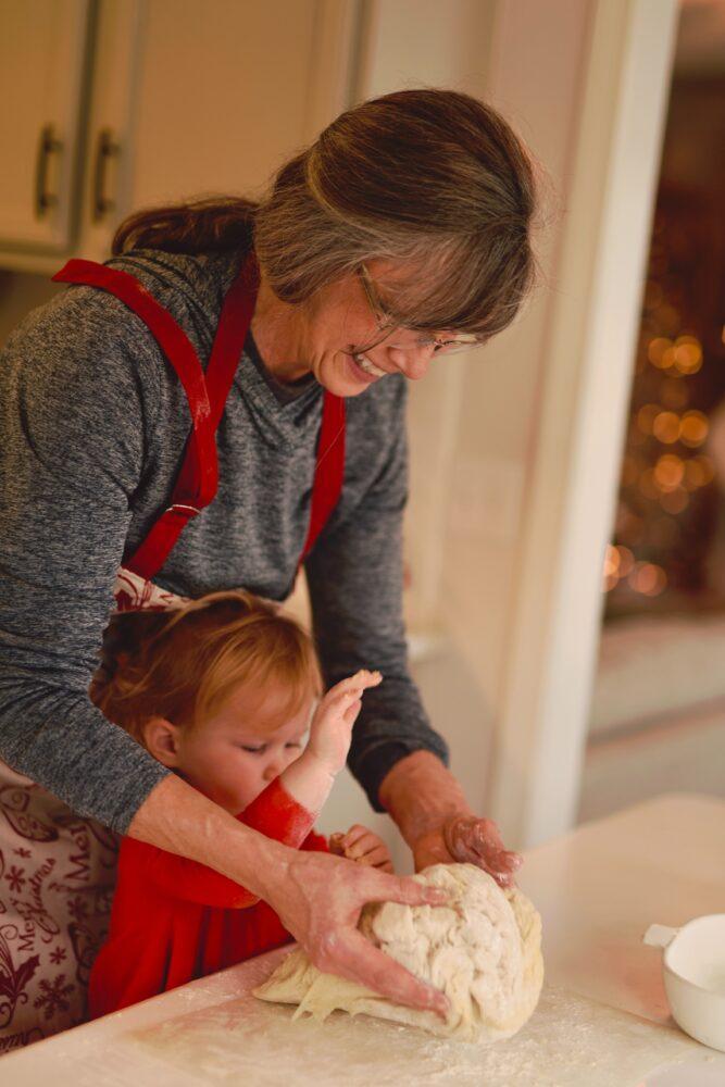 Het Gezinsleven - Moeder en Kind - Baby - 5 manieren om opa en oma feliciteren met hun kleinkind - Oma helpen het deeg te kneden