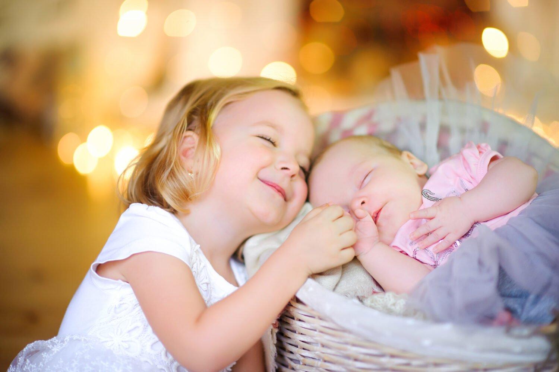 Het Gezinsleven - Moeder en Kind - Baby - Geboortewensen, feliciteren met de geboorte van een dochter - Zus knuffelt haar pasgeboren zusje