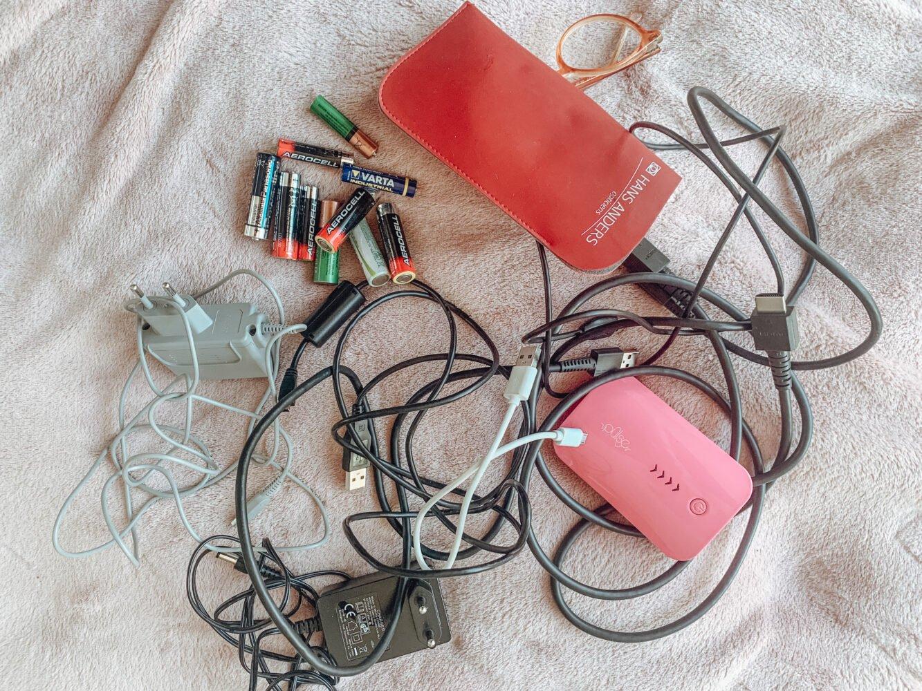 Het Gezinsleven - Lifestyle - Huishouden - Minimalisme challenge - 465 dingen weg doen in 30 dagen! - Batterijen en oude snoeren