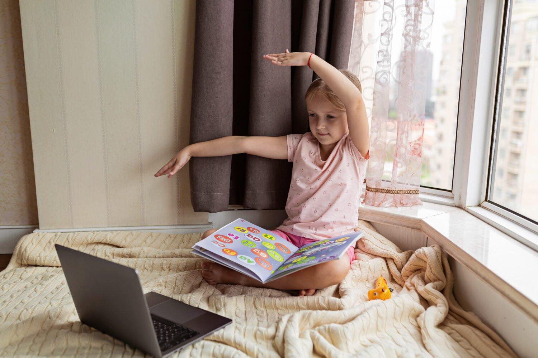 Het Gezinsleven - Moeder en kind - Kinderen 1-4 jaar - Ontwikkeling van de woordenschat bij kinderen - Meisje leert over letters