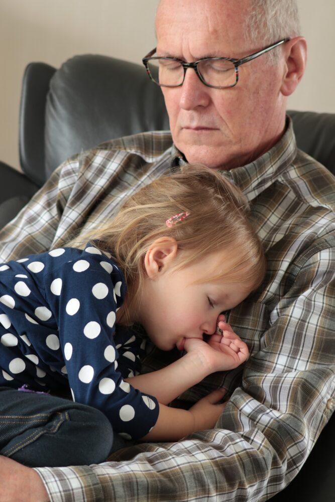 Het Gezinsleven - Moeder en Kind - Kinderen 1-4 jaar - Duimen afleren, hoe pak je dat het beste aan? - Duimen bij opa op schoot