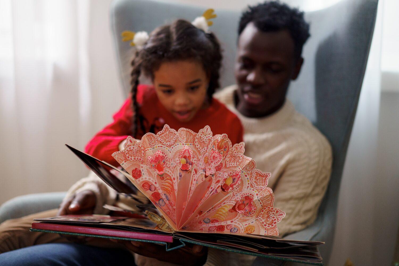 Het Gezinsleven - Moeder en Kind - Kinderen 1-4 jaar - Taalontwikkeling/ hoe krijg je meer interactie met je kind? - Een pop-up boek lezen