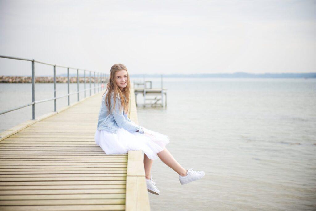 Het Gezinsleven - Lifestyle - Dames Mode - Heren Mode - Witte sneakers wit houden - Meisje met witte sneakers op een steiger