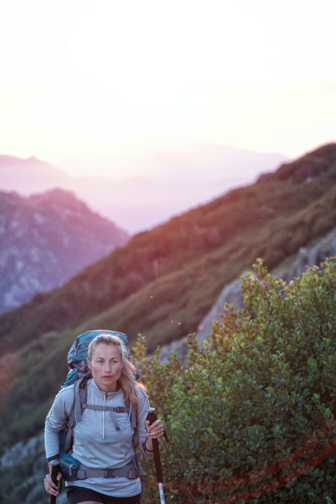 Het Gezinsleven - Lifestyle - Hobby's - Wandelstokken, 5 redenen waarom je eraan moet beginnen! - Vrouw wandelt met wandelstokken