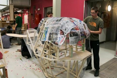 Kippengaas vorm bedekken met papiermaché
