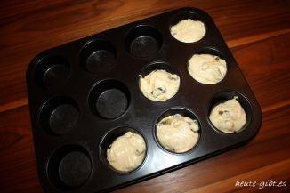 Teig in Muffinform füllen
