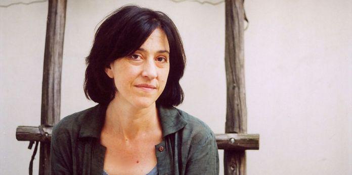 Céline Caussimon marche au bord