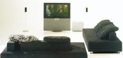 自宅のリビングをホームシアターにする本格派ソファコーデ