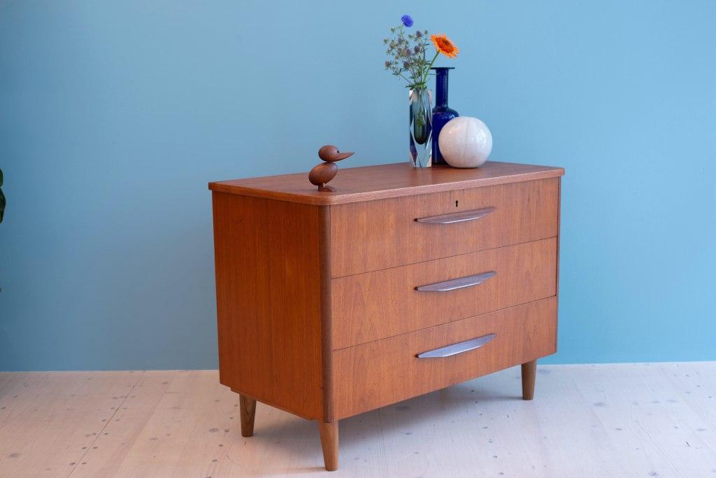 Little Swedish Drawer in Teak. Swedish-modern teak drawer. Available at heyday möbel, Grubenstrasse 19, 8045 Zurich, Switzerland.
